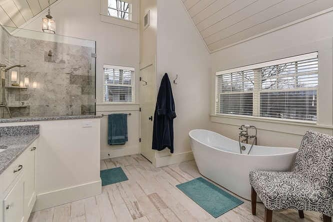 Extra Relaxing Bathroom Ceiling Element